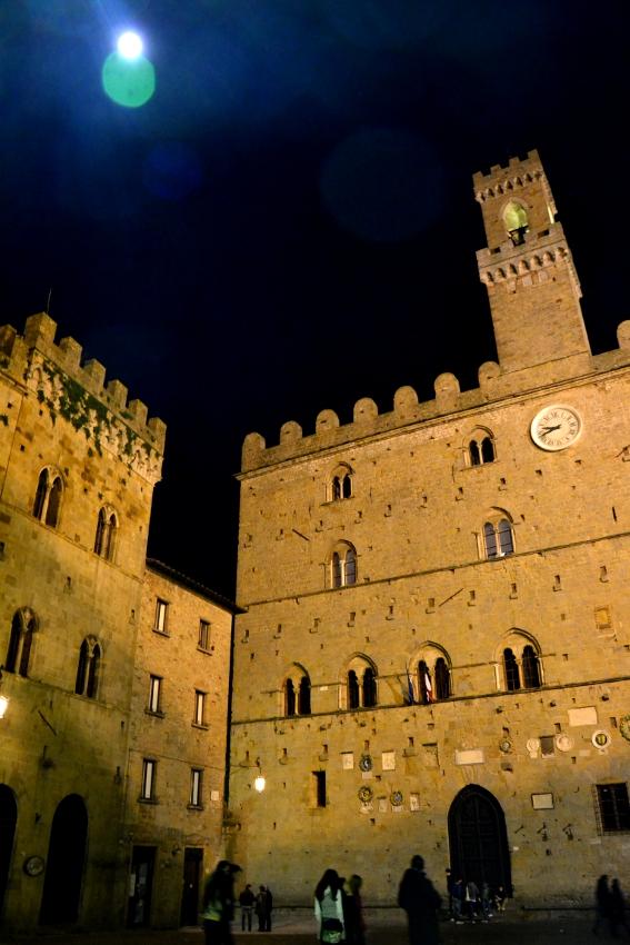 Piazza Dei Priori A Volterra, Il Medioevo Che Incanta