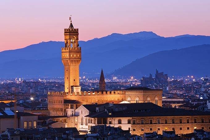 Firenze,-Il-famoso-Palazzo-Vecchio-al-crepuscolo