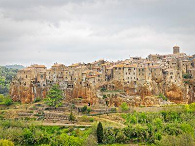 Pitigliano, La Città Del Tufo Nella Valle Del Fiora