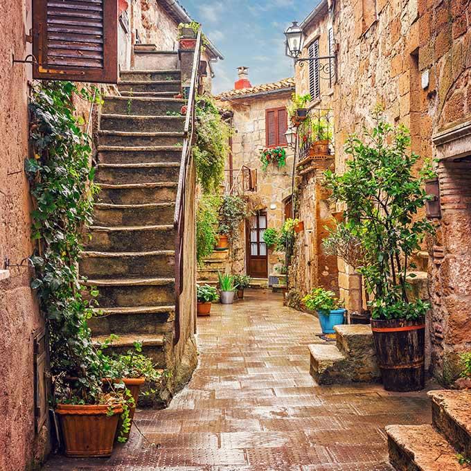 Vicolo-nel-centro-storico-di-Pitigliano-Toscana-Italia