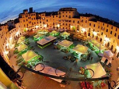 Piazza-anfiteatro-lucca-di-homeaway
