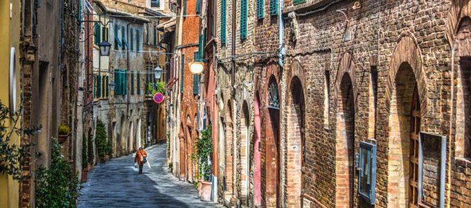 Montalcino, Incantevole Borgo Medievale A Sud Di Siena