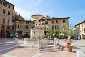 Scopri la bellissima piazza principale del borgo Castelnuovo Berardenga
